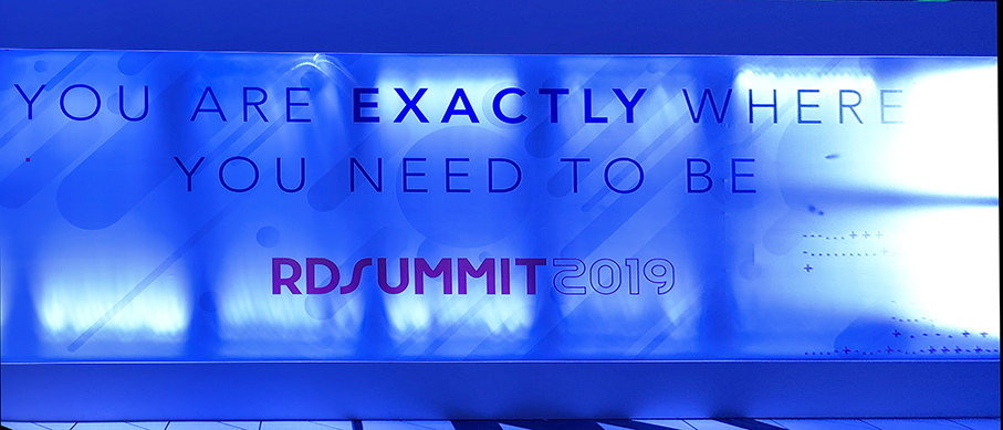 Painel na entrada do RD Summit 2019